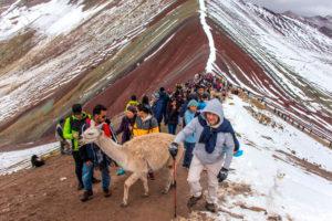 Montaña de Colores entre nieve y gente