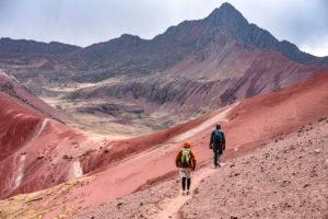 Caminata por el Valle Rojo hacia la Montaña de Colores